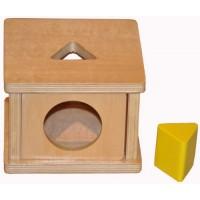 Дървена кутия с вратичка и отвор с триъгълна форма