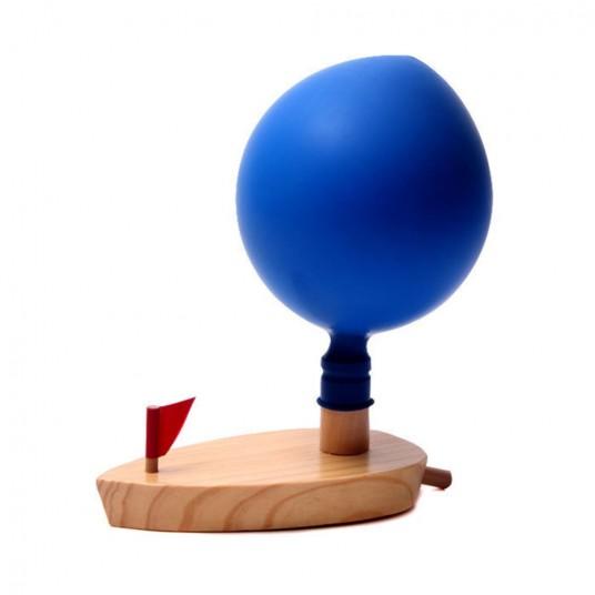 Дървена лодка с балон